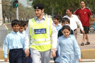 abudhabi-police-campaign-near-schools-ePathram