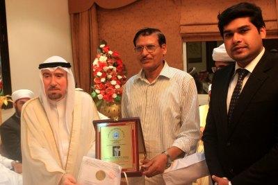 adviser-sheikh-ali-al-hashimi-receiving-memento-ePathram
