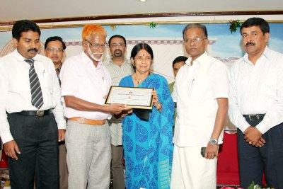 akshara-sadassu-media-award-for-jabbari-ePathram