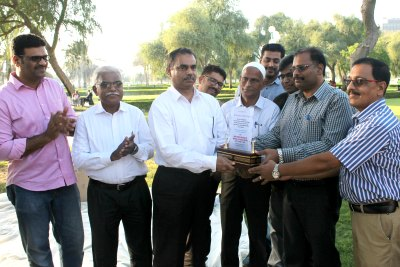 blangad-mahallu-memento-present-to-abdul-latheef-haji-ePathram