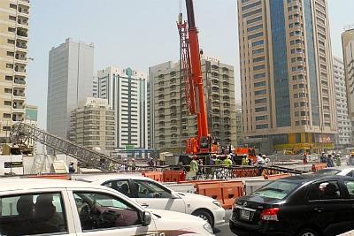crane-damge-in-hamdan-street-ePathram