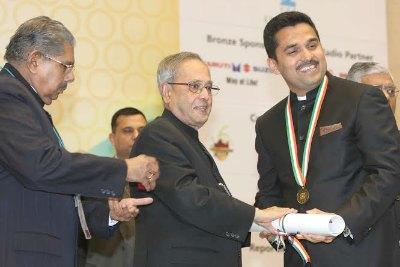 doctor-shamseer-vayalil-receiving-pravasi-bharatheeya-samman-ePathram