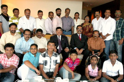 ima-family-celebrate-onam-at-burj-khalifa-with-br-shetty-ePathram