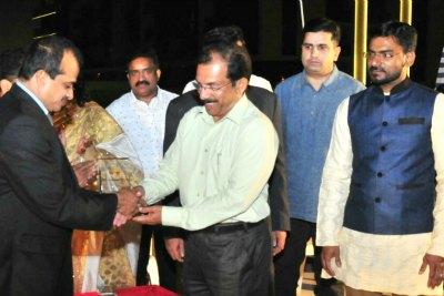 ishal-band-abudhabi-felicitate-sathar-kanhangad-ePathram