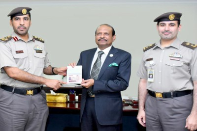 ma-yousufali-gets-first-gold-card-in-uae-ePathram