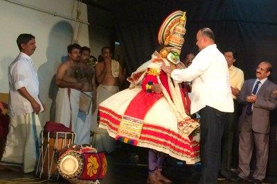 prasanth-mangat-felicitate-kalamandalam-gopi-ePathram