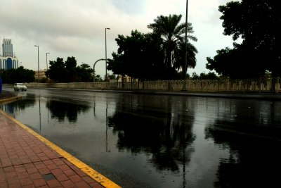 rain-in-uae-abudhabi-road-with-rain-water-ePathram