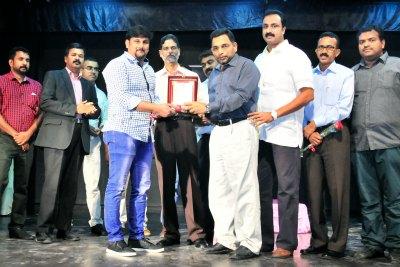 sameer-kallara-receiving-ima-award-2016-ePathram