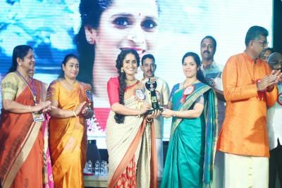 samskarika-vedhi-award-to-surabhi-lakshmi-ePathram