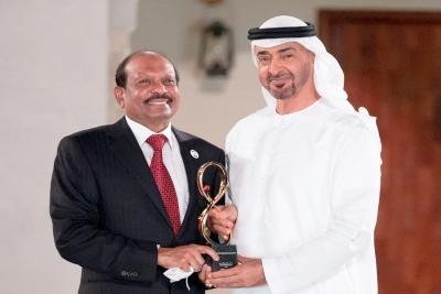 sheikh-muhammed-present-abudhabi-award-yusuffali-ePathram