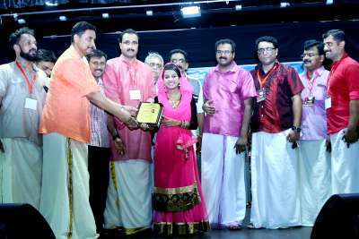 singer-hamda-noushad-receive-award-from-adms-ePathram