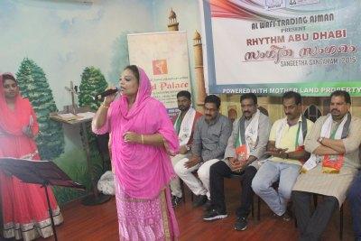 singer-mukkam-sajidha-perform-in-sangeetha-sangamam-2015-ePathram