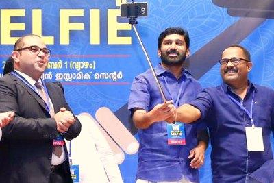 vt-balram-km-shaji-kmcc-selfie-with-love-ePathram