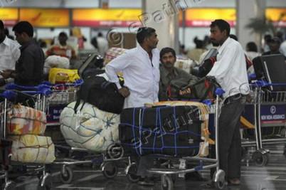 airport-passengers-baggage-epathram