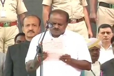 hd-kumaraswamy-taking-oath-as-karnataka-chief-minister-ePathram