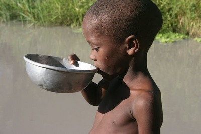 boy-drinking-dirty-water-epathram