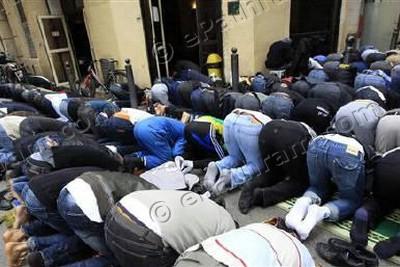 praying-on-street-epathram